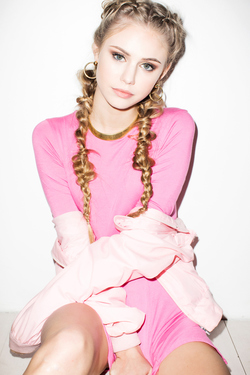 Mainstream Model Scarlett Leithold - 00