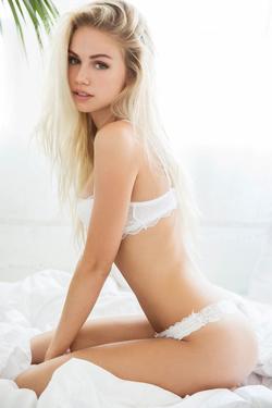 Mainstream Model Scarlett Leithold - 05