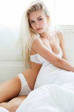 Mainstream Model Scarlett Leithold - 07