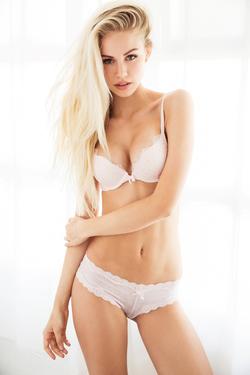 Mainstream Model Scarlett Leithold - 09