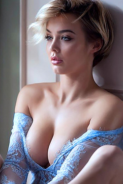 Rosie Robinson Is Even Sexier In Blonde